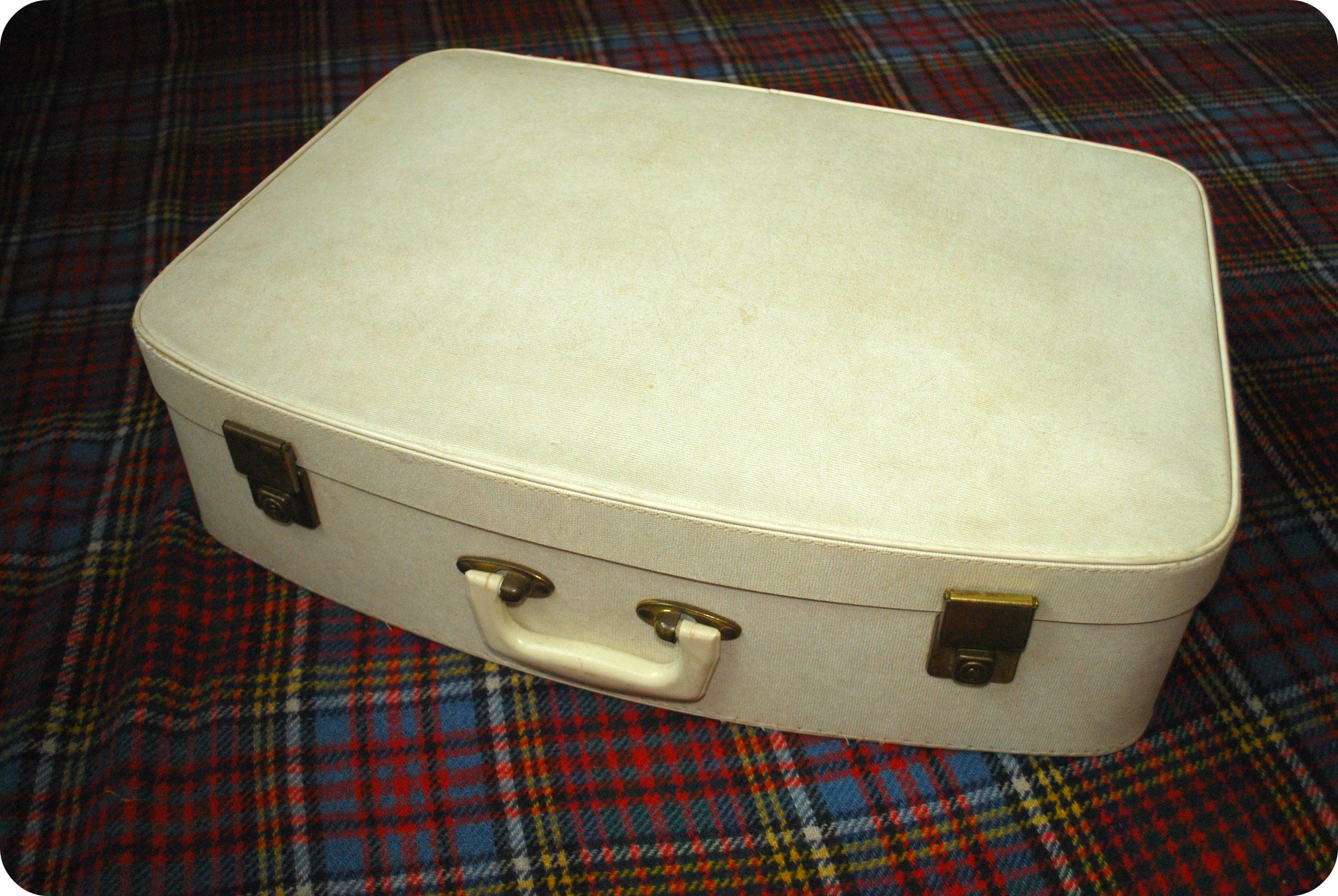 white vintage suitcase | Rosalilium