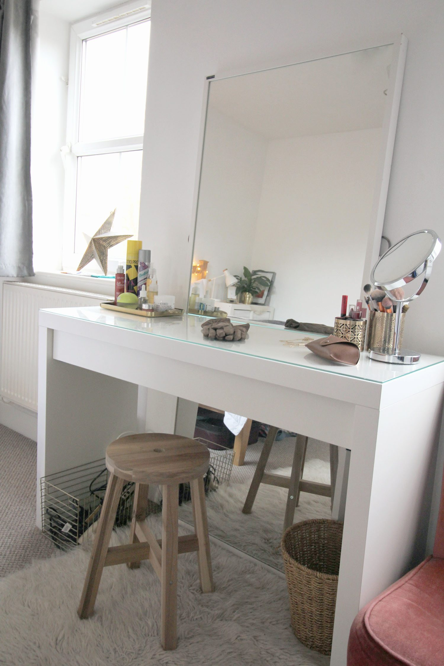 Best white minimalist dressing table